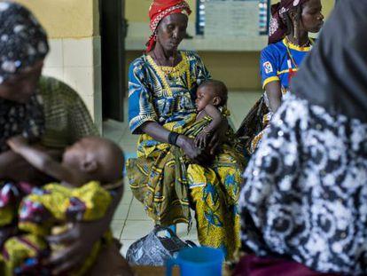 Madres esperando en la recepción del Centro de Recuperación y Educación Nutricional del hospital de Madaoua, en Níger, gestionado por Médicos Sin Fronteras.