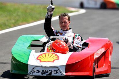 Schumacher saluda tras una prueba de karts celebrada en mes pasado.