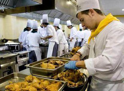 Alumnos de la Escuela de Hostelería de Barcelona. Ese sector es de los que más empleo generan en la costa.