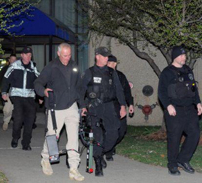 Agentes de la investigación abandonan un complejo de apartamentos del 364 de Ocean Avenue.