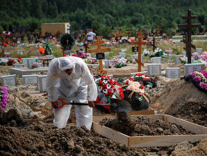 Un empleado con traje de seguridad en un cementerio de San Petersburgo, el pasado viernes.