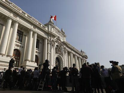 Periodistas cubren la llegada del presidente de Perú, Francisco Sagasti, en el Congreso, el 16 de junio de 2021.