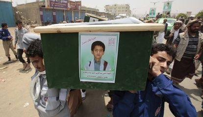 Un grupo de yemeníes lleva el ataúd de uno de los niños muertos en Saada, durante los funerales del pasado 13 de agosto.