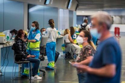 Vacunación con AstraZeneca en el estadio Wanda Metropolitano de Madrid, este lunes.