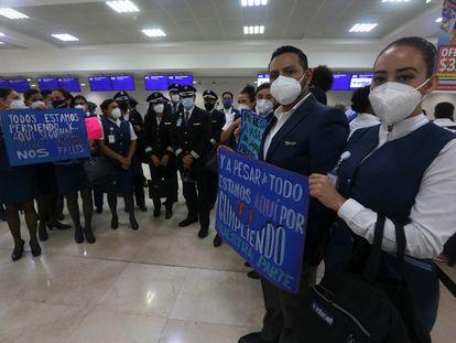 Una protesta de trabajadores de Interjet para reclamar el pago de sus salarios, en Cancún.