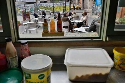 Una terraza del centro de Valencia, vista desde la cocina de un bar.