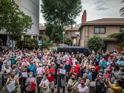 Concentración de vecinos en el centro de salud de Orcasitas, en Madrid, el 28 de mayo de 2021, por la situación de la primaria y el posible cierre de decenas de consultorios.