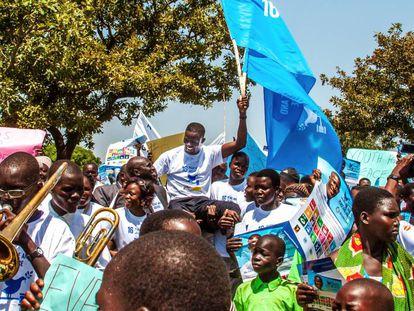 Victor Ochen, nominado al Nóbel de la Paz, levanta la bandera de los ODS.