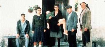 Alfredo Landa y Terele Pávez entre otros en una escena de la película Los santos inocentes de Mario Camus emitida por Canal.