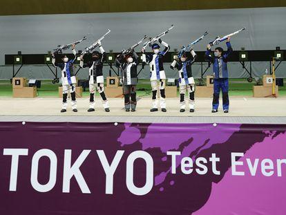 Participantes en una prueba de tiro de preparación para los Juegos en Tokio.