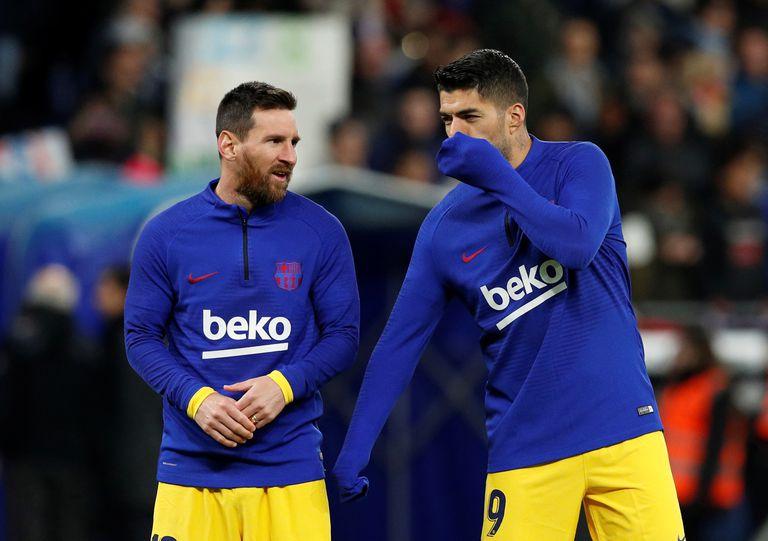 Luis Suárez conversa con Messi antes del derbi con el Espanyol.