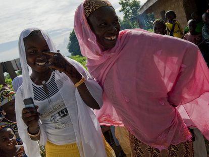 Beneficiarias de un programa para agro-emprendedores con su móvil en Níger. La telefonía móvil, una enorme fuente de datos, ha penetrado especialmente rápido en África debido a la falta de líneas fijas.