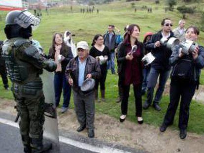 Manifestantes bloquean una vía, este miércoles 28 de agosto de 2013, en La Calera, departamento de Cundinamarca (Colombia) durante las protestas en favor del paro nacional campesino. EFE/Archivo