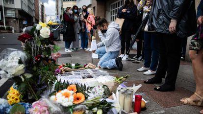 Altar espontáneo en A Coruña en el lugar donde Samuel Luiz recibió la paliza fatal.