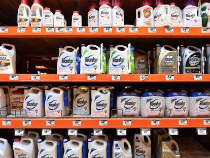 Botes de Roundup en un supermercado de California.