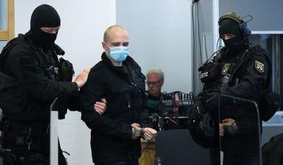 Stephan B., acusado de disparar a dos personas e intentar asaltar una sinagoga el octubre pasado, llega a la corte de Magdeburgo, este martes.