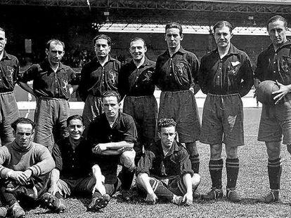 José María Yermo, con la pelota en la mano, junto a la selección española de fútbol de los Juegos Olímpicos de 1928 en Ámsterdam.