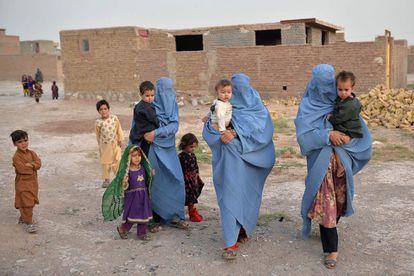 Una familia desplazada por el conflicto desde Qala-i- Naw llega al distrito de Enjil, en Herat, el pasado 8 de julio.