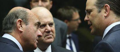 El ministro español de Economía, Luis de Guindos, junto a su homólogo irlandés, Michael Noonan, y el sueco, Anders Borg, en el Ecofin.