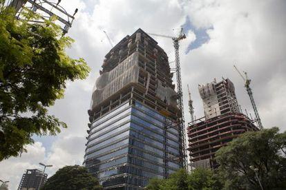 Construcciones de edificios comerciales en São Paulo.