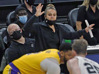Becky Hammon, durante una acción del partido entre los Lakers y los Spurs.