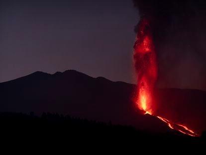 Vista del volcán de Cumbre Vieja desde la localidad de Tajuya, este lunes.