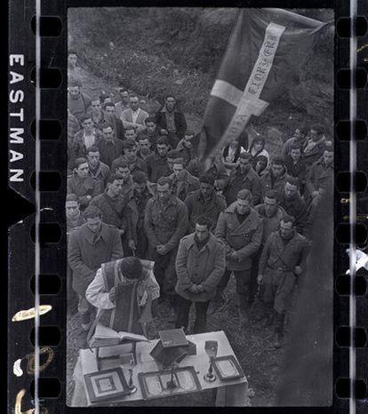 Misa de campaña en el frente de Lekeitio y milicianos porteando un crucifijo; dos fotos de David Seymour.