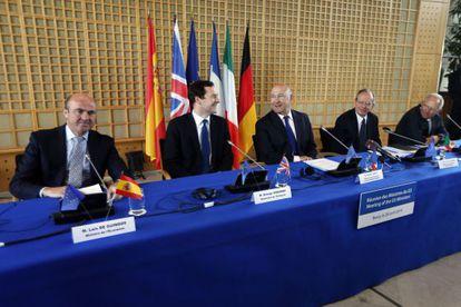 Guindos, Osborne, Sapin, Padoan y Schäuble, durante la reunión celebrada en Bercy.