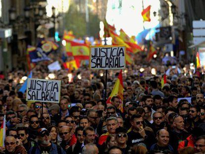 Miles de policías y guardias civiles se manifiestan en el centro de Madrid por la equiparación salarial.