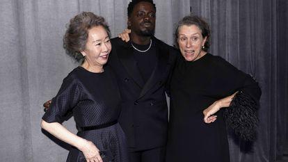 Los ganadores a mejores actores secundarios Youn Yuh-jung (izquierda), por 'Minari,' y Daniel Kaluuya, por 'Judas y el mesías negro', junto a Frances McDormand, quien ganó su tercer Oscar a mejor actriz principal por 'Nomadland'.