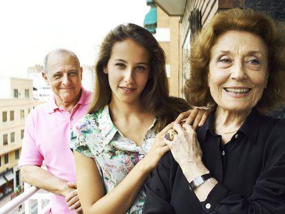 Los actores Emilio y Julia Gutiérrez Caba con su sobrina nieta Irene Escolar, también actriz, en el centro, en el año 2012.