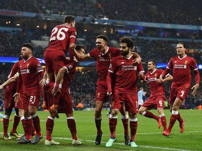 Salah celebra con sus compañeros el primer gol del Liverpool.