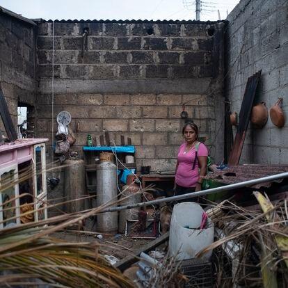 Rosa Castro (34) Se encuentra en el interior de su cocina, la cual fue afectada debido al Huracán Grace que tocó tierra con rachas de viento intensas de hasta 250km por hora. En el municipio de Tecolutla, Veracruz, Mexico. El 1 de Septiembre de 2021.