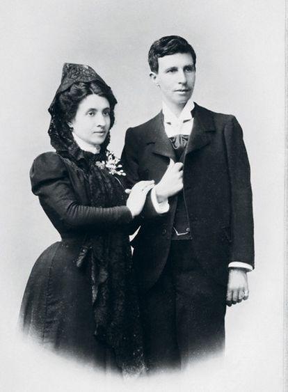 Marcela y Elisa (vestida de hombre), en la foto de su boda