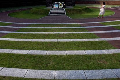 El cenotafio del Parque de la Paz de Nagasaki, levantado en el 'punto cero' del hipocentro de la bomba, incluye la lista de todas las víctimas. Los visitantes se acercan para rezar y depositar ramos de flores.