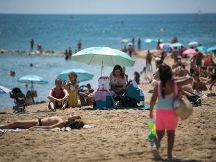 Aspecto de la playa de la Barceloneta este martes por la mañana.