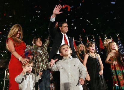 Marco Rubio celebra, rodeado de su familia, su victoria en Florida. Apoyado por el <i>Tea Party</i>, Rubio, de origen cubano, ha logrado un asiento en el Senado.