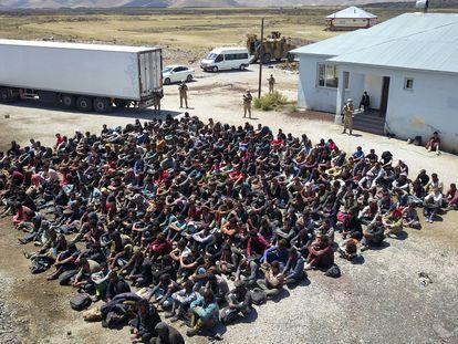 Un grupo de migrantes después de haber sido descubiertos por la gendarmería turca ocultos en un camión, el pasado agosto.