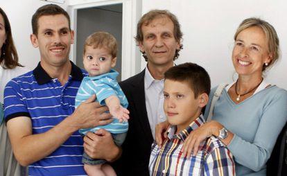 Ahmed Benmouh sostiene a su hijo, Ilías, junto al jefe del Servicio de Urología del hospital Clínic de Barcelona, el doctor Antonio Alcaraz y Gerard Prats. Los dos niños se han sometido a un trasplante de riñón en el hospital Clínic de Barcelona.