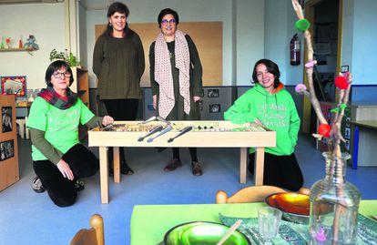 Esther Atienza, Blanca Azanza, Pilar García y Ana Galán, en la escuela Las Nubes.