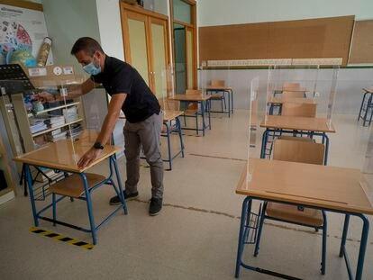 Instalación de mamparas de seguridad en las mesas de un colegio de El Rubio (Sevilla).