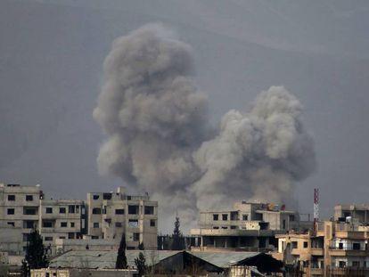 Columna de humo tras un bombardeo del Ejército sirio este sábado en Misraba, en Guta Oriental.