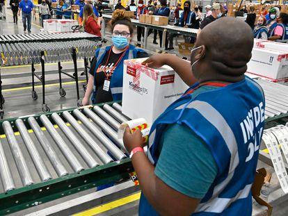 Las primeras dosis de la vacuna de Johnson & Johnson preparadas para su distribución, en un centro logístico de Shepherdsville (Estados Unidos), ayer.