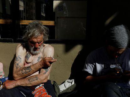 Un hombre dice inyectarse fentanilo en las calles del barrio de Tenderloin, en San Francisco, en febrero de 2020.