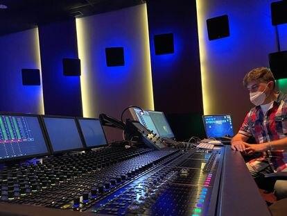El músico y mezclador de sonido Mikel Fernández Krutzaga en una demo en el estudio de grabación Best Digital (Madrid).