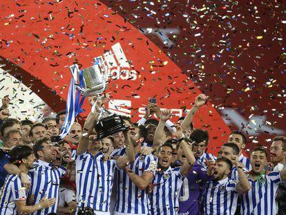 Los jugadores de la Real Sociedad celebran el título de Copa este sábado en La Cartuja, en Sevilla.