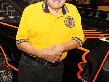 George Barris, junto a un Batmóvil de 1966 en su negocio de Hollywood, en 2010.