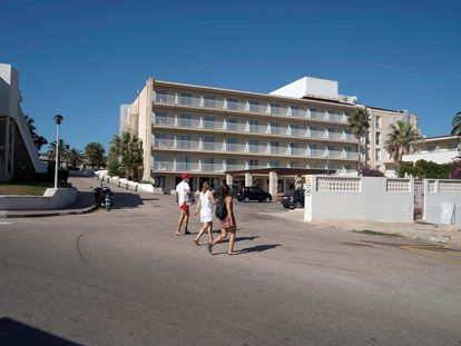 Varias turistas pasan frente al hotel Aguamarina, en Menorca, que cerró el 8 de agosto por baja ocupación después de un mes abierto tras la pandemia.