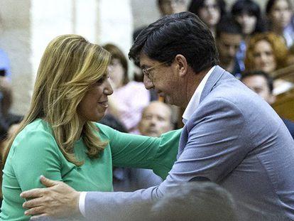 Susana Díaz se abraza al líder de Ciudadanos en Andalucía.