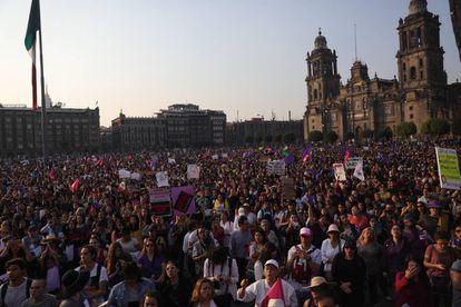 Cientos de personas se manifiestan en el Zócalo contra la violencia hacia las mujeres.